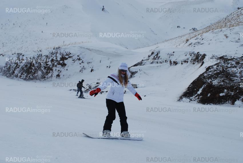 woman learning snowboarding