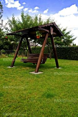 Swinging bench